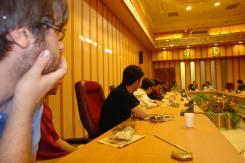 دیدار گروهی از دانشجویان همراه با حجت الاسلام و المسلمین نبوی با مدیرعامل و معاونین موسسه اهل البیت؛ 1386/07/27