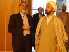 مدیر مرکز تحقیقات کامپیوتری علوم اسلامی قم بهمراه آقای سید حسین رضازاده؛ پیش فضای ورودی به تالار اجتماعات