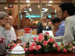 دیدار مهندس سید محمود هاشمی به همراه کارشناسان سازمان مدیریت و برنامه ریزی با مدیرعامل و معاونین موسسه اهل البیت؛ 1384/06/21